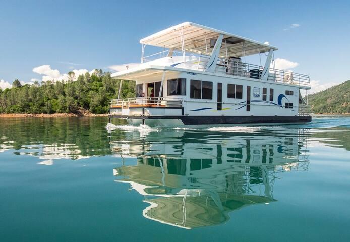 Shasta Marina at Packers Bay Thoroughbred Houseboat