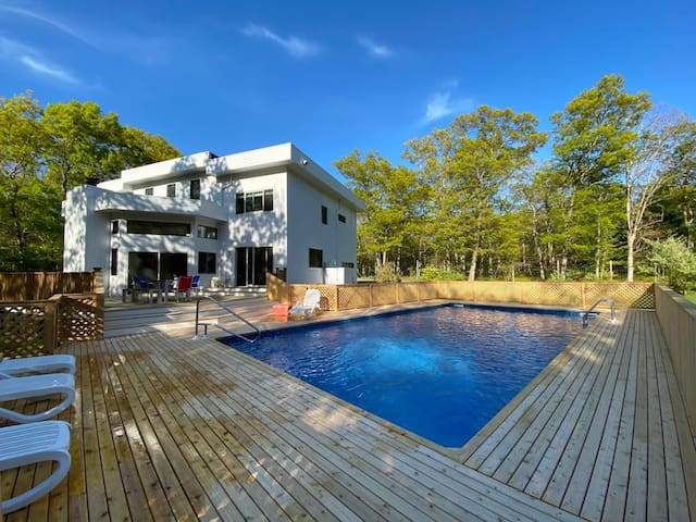 East Hampton Escape: Spacious-Secluded-Pool-PetsOK