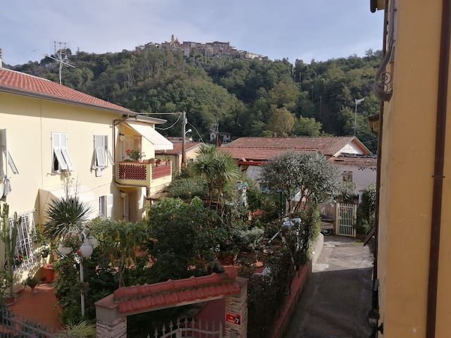 Con vista sulle colline e i borghi delle Alpi Apuane With a view on the hills and the villages of the Apuan Alps