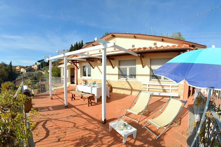 Comfortable house with panoramic terrace, a few km from the beaches