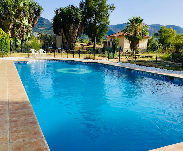 Casa de campo con vista al monte y la piscina