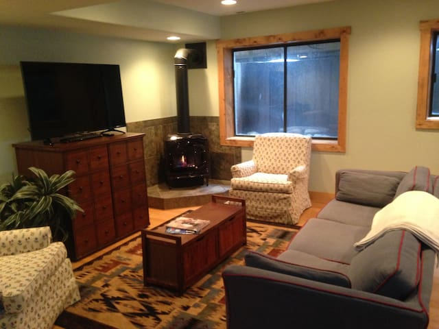Large 2 bedroom basement apartment in our home! - Park City - Casa
