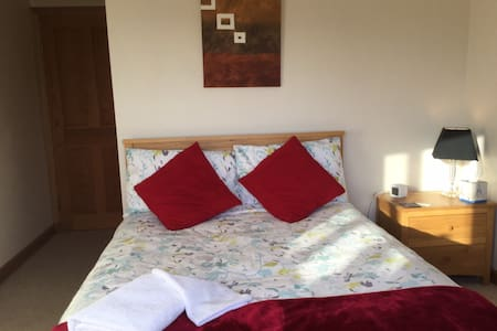 En-suite room in South Reading UK - 雷丁(Reading) - 家庭式旅館
