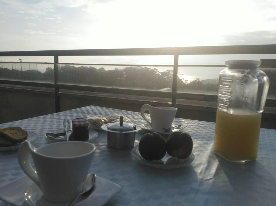 Desayuno en la terraza con magníficas vistas