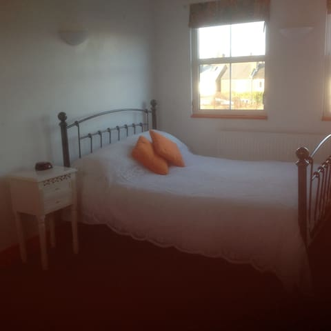 Triple bedroom with own bathroom - Isleworth - Dům