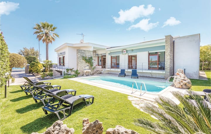 Beautiful home in Terracina (LT) with WiFi and 5 Bedrooms