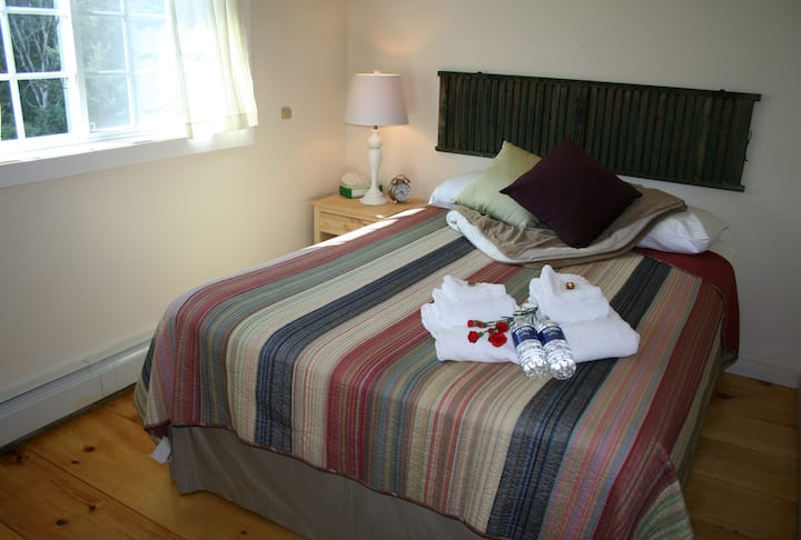 Efficiency Apartment with Queen and Twin over Queen Bunk - The Trailside Inn