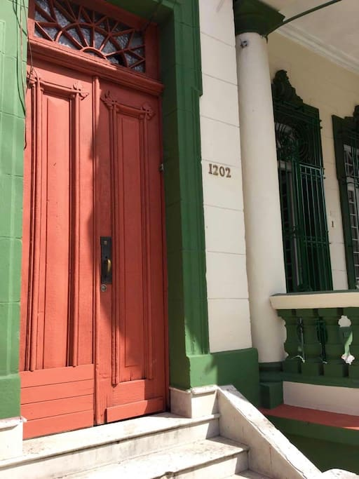 Building Entrance / Entrada al edificio