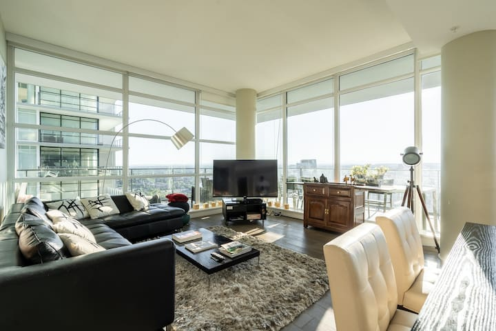 Exec Sub-Penthouse: Stampede, City/ Mountain Views