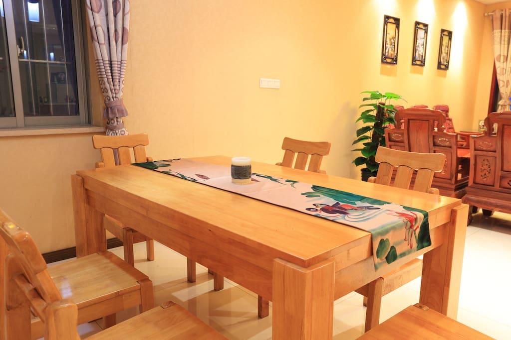 进口松木餐桌