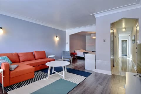 Free private parking, Cozy 1BR,  1 min from subway