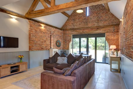 Luxury detached coach house & private parking