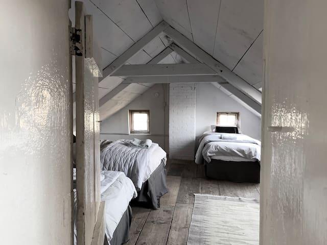 A secret door conects bedroom 5 with the bathroom upstairs.