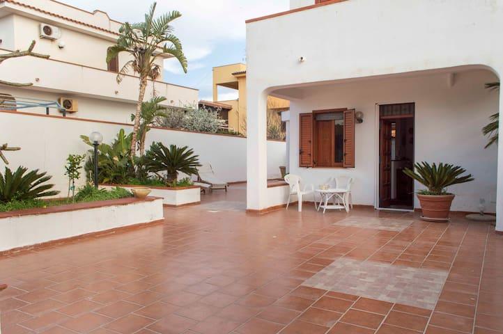 Villa indipendente con giardino a 250 mt dal mare - イーゾラ・デッレ・フェンミネ