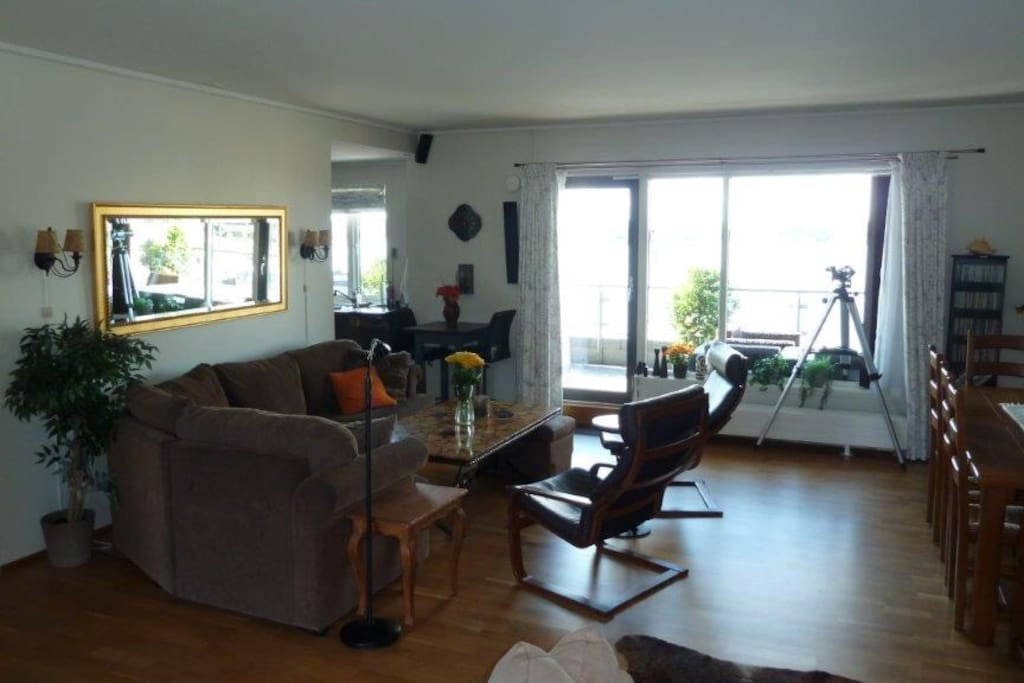 Stue med utgang til terrasse på 30 kvm med utsikt mot nord og med kveldssol