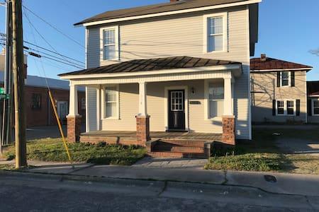 Art District House Uptown Greenville - กรีนวิลล์ - บ้าน