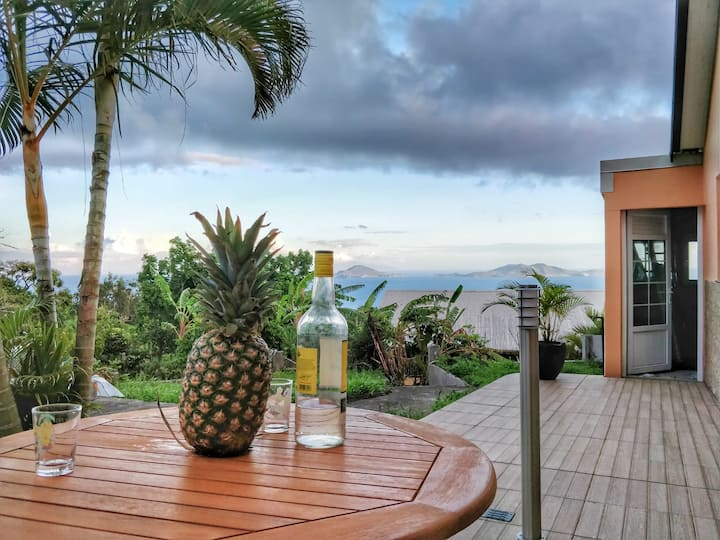 Corrosol, bungalow mitoyenne avec vue sur mer.