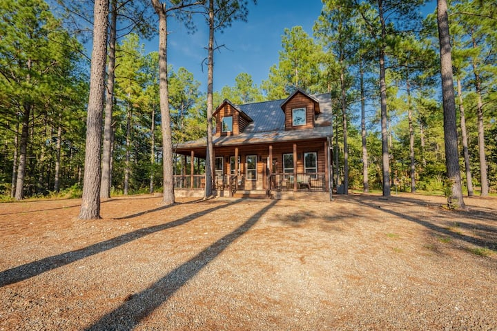 Choctaw Ridge Luxury Rustic 3 Bedroom Across the Street from Fishing Pond