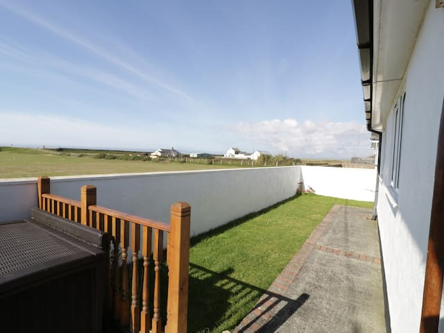 SEA SPRAY, country holiday cottage in Dinas Dinlle, Ref 966901