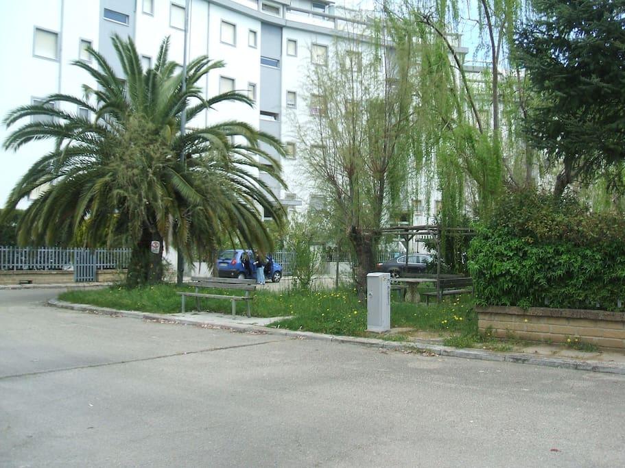Il residence è accessibile via un cancello ed è dotato di ampi spazi verdi, panchine, e parcheggi liberi. Ideale per bambini in quanto possono giocare in area non trafficata.
