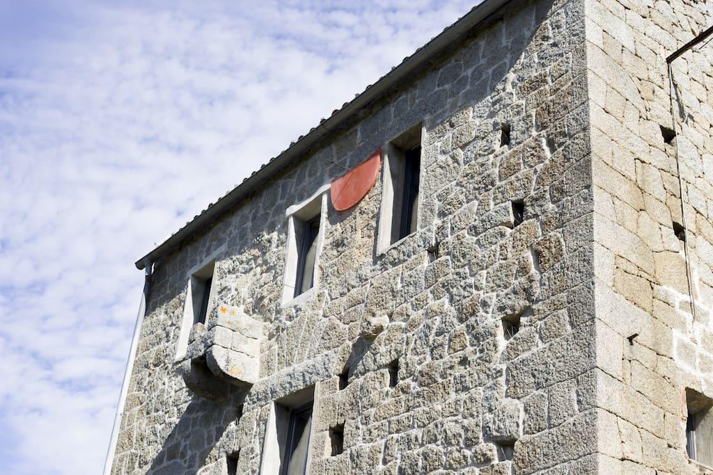 La façade vue de la terrasse