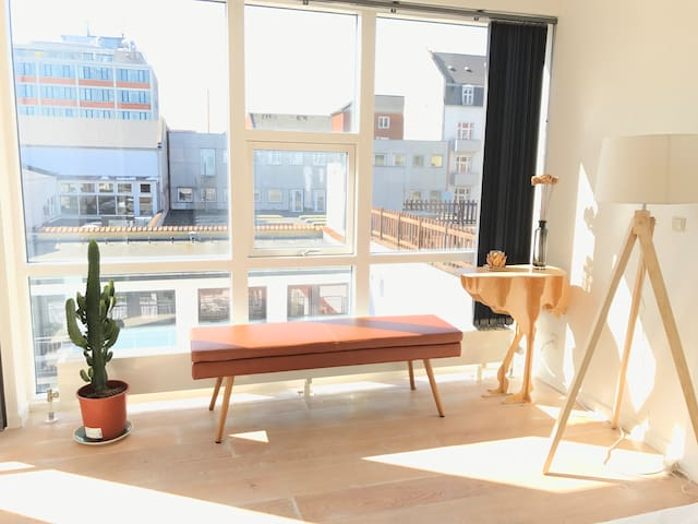 Bright room with balcony close to Nørrebro St.