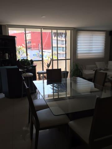 Área del comedor y estancia con vista al balcón de día