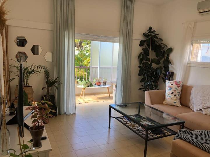 דירה שופעת אור וצמחיה + חללים גדולים בלב תל אביב