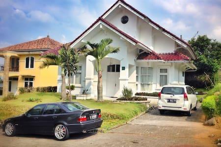 Villa Lotus Kavling H5 Cipanas Puncak for Family - Babakan Madang - Vila