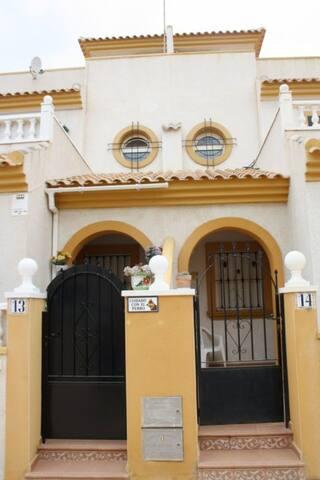 Alquilo chalet con piscina comunitaria - Torrevieja - Townhouse