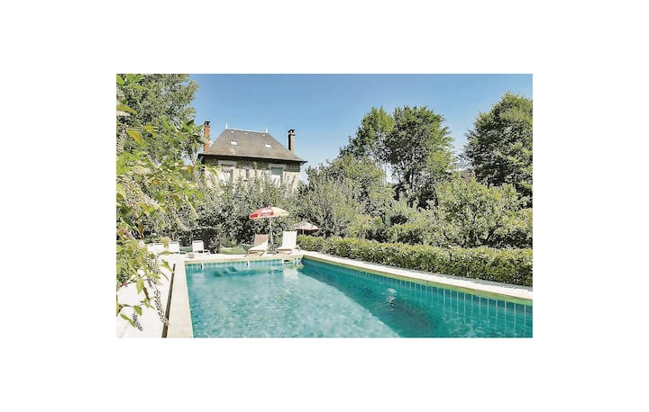 Stunning home in Terrasson-Lavilledieu with WiFi and 5 Bedrooms