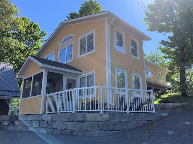 Modern Yellow Cottage Harbourtown Marina
