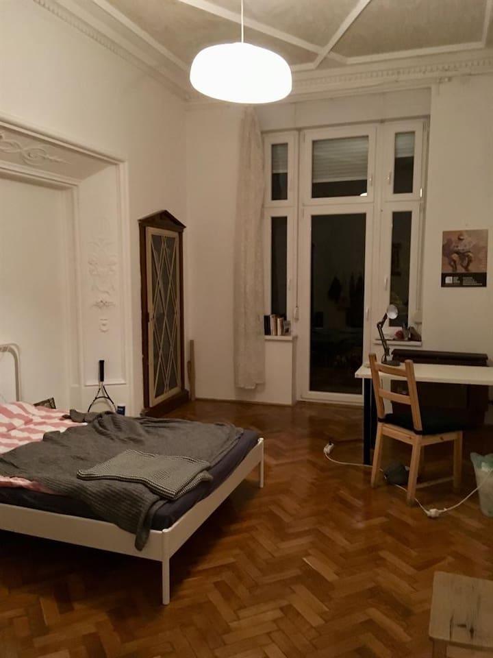 yatak odasında bir adet masa ve iki kişilik yatak bulunur.Ayrıca balkona açılan bir adet kapısı vardı bu oda güneş almaktadır.