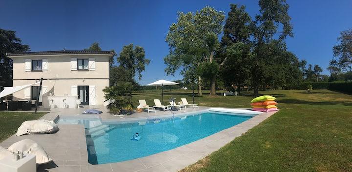 MAISON BLANCHE avec piscine près du Golf Estolosa