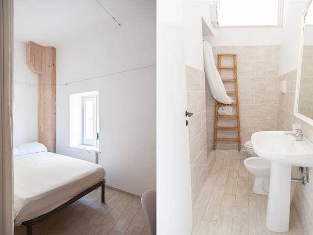 KaOZ Art Residency - Room with Bathroom in front of Piazza Magione