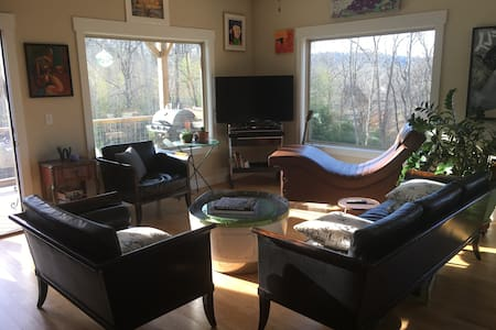 Great Room between Downtown and Biltmore Village - Asheville - Bed & Breakfast