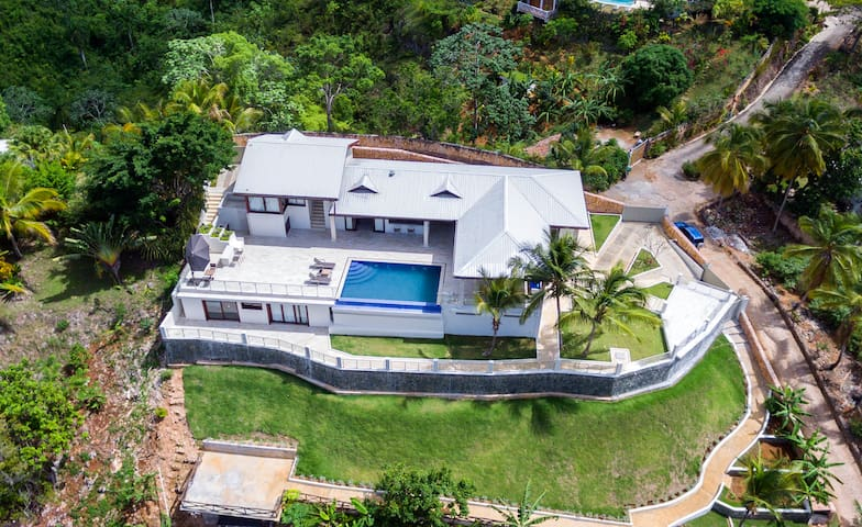 Luxurious Villa for 15, with Chef & Ocean View!