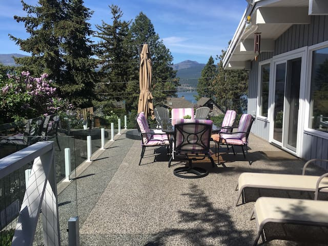 Coral Beach House, steps to the lake, lovely views
