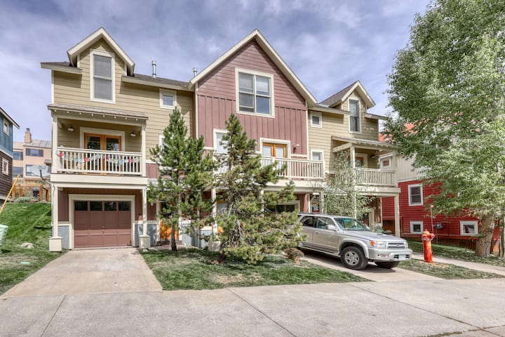 Dog-friendly, mountain-view home w/ a private balcony, garage, & bus to slopes