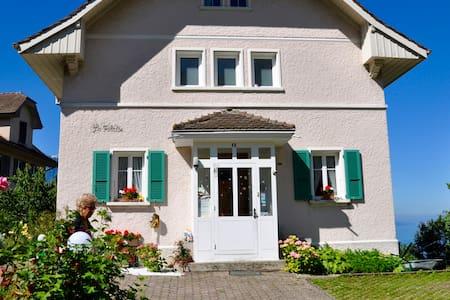Chez Monique: chambre vue sur lac - Montreux