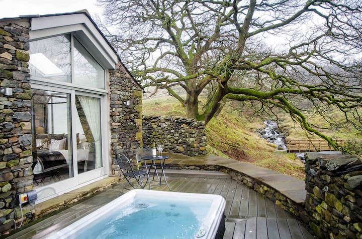 The Cow Shed Gorgeous Retreat with Hot Tub