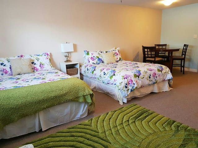 Family room- 2 queen beds & castle! (1 of 3 rooms) - Lethbridge - 獨棟