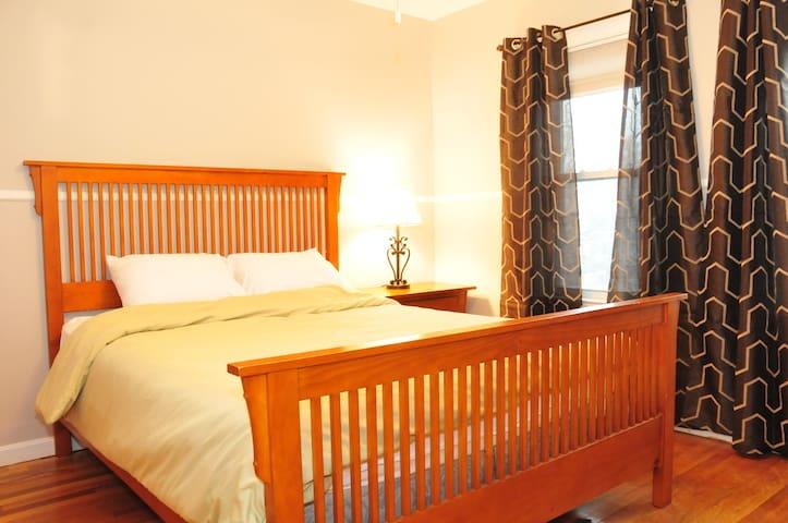 Queen sized bed (sleeps 2)