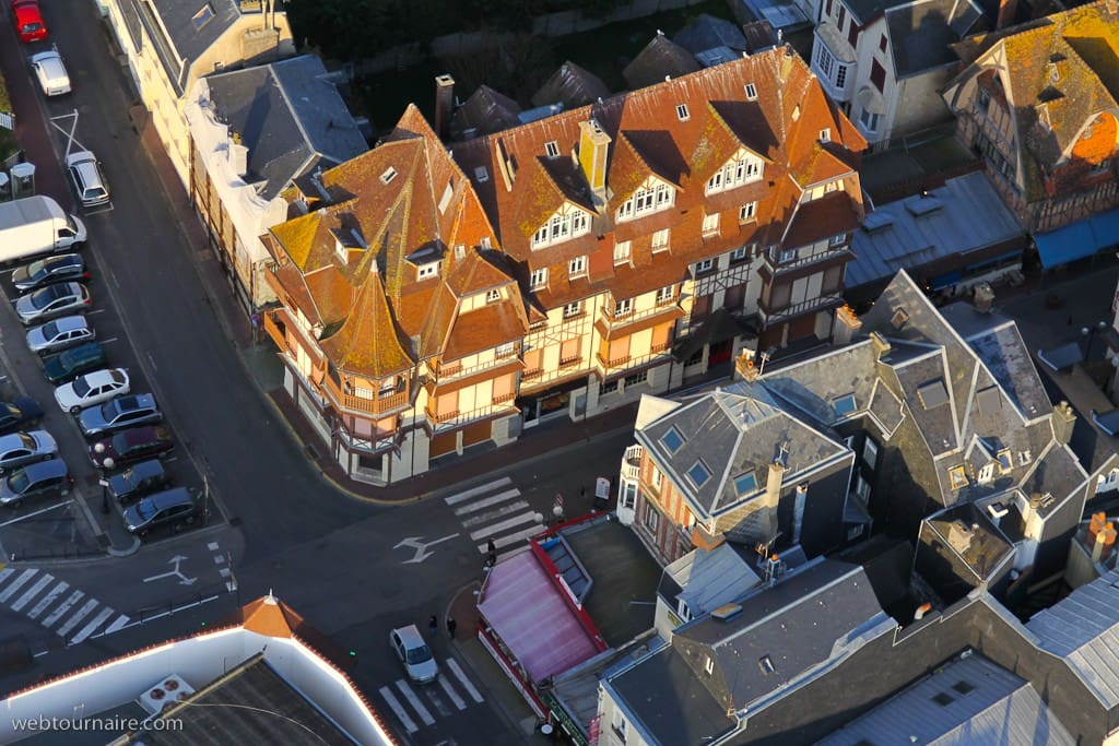 La résidence vue du ciel Rue à gauche  menant à la mer  30 mètres ... L'arrière du Casino d'Etretat en bas à gauche de la photo