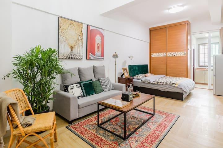 房间全貌:单身公寓形式,含独立厨房和卫生间,共45平