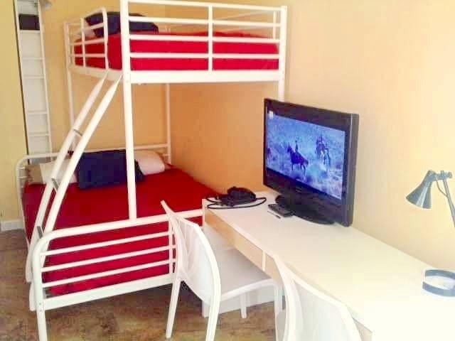 SUNNY  BEDROOM with BUNK BEDS PUERTA SOL/GRAN VÍA