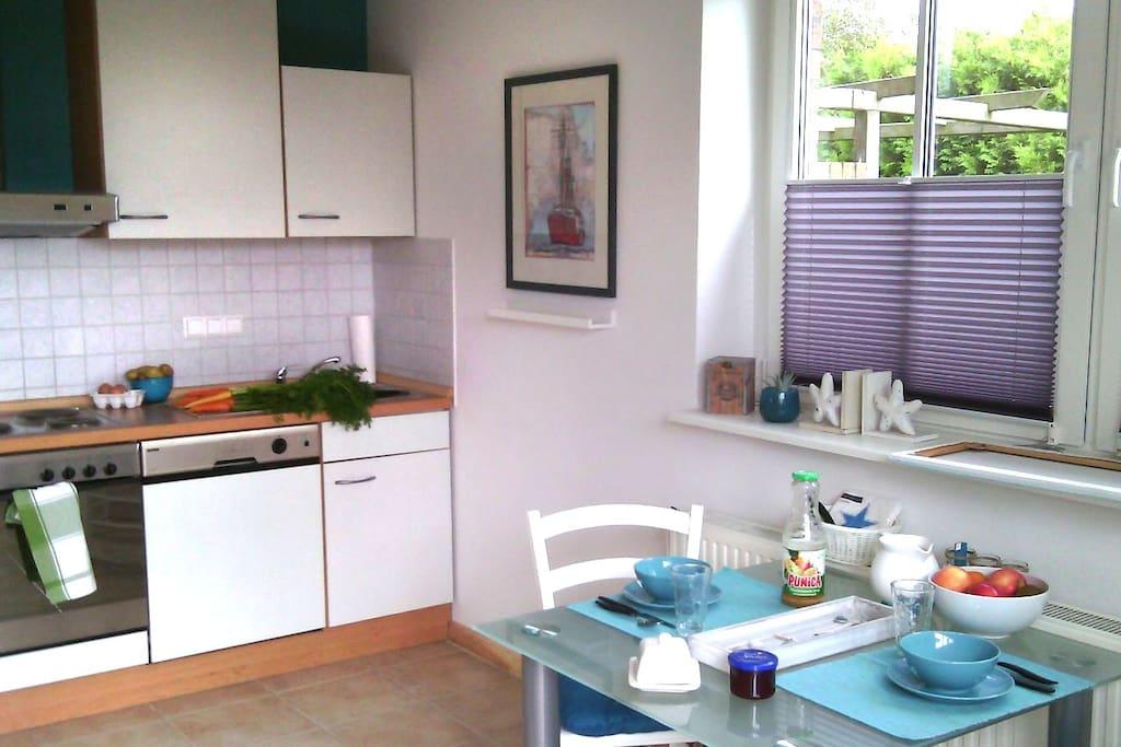 Eine voll ausgestattete Küche mit Backofen und leisem Geschirrspüler