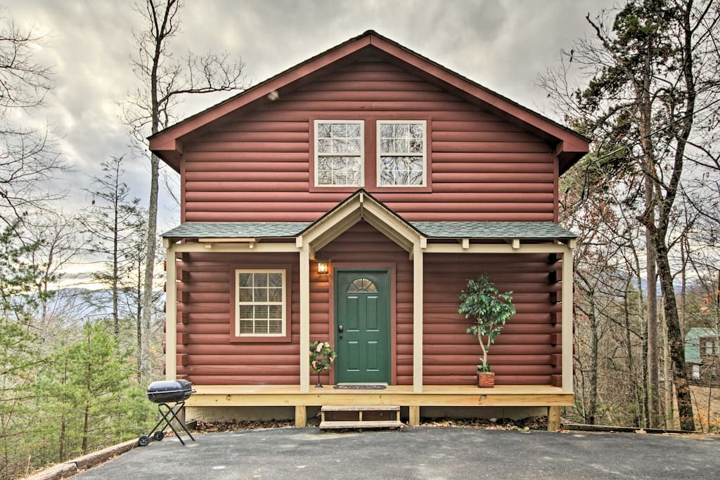 This cabin is just 20 minutes from Great Smoky Mountains National Park!