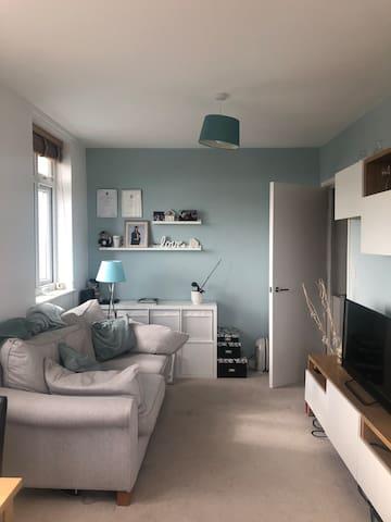 Spacious flat close to main station & amenities
