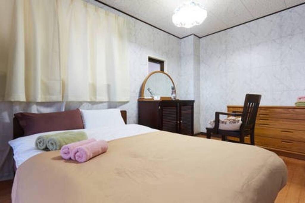 Main Bed Room With dresser. 主寝室とドレッサー
